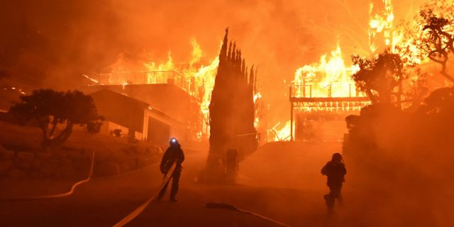 California, fiamme minacciano anche il Getty Center, LeBron James tra gli evacuati