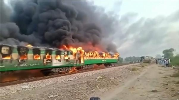 Pakistan: treno in fiamme, 73 morti