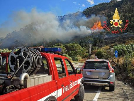 COPANELLO (CATANZARO), in fiamme collina, evacuato un residence