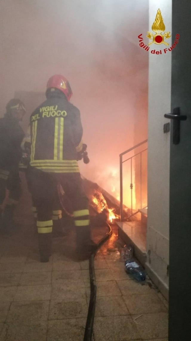 CROTONE, Incendio in edificio, no feriti