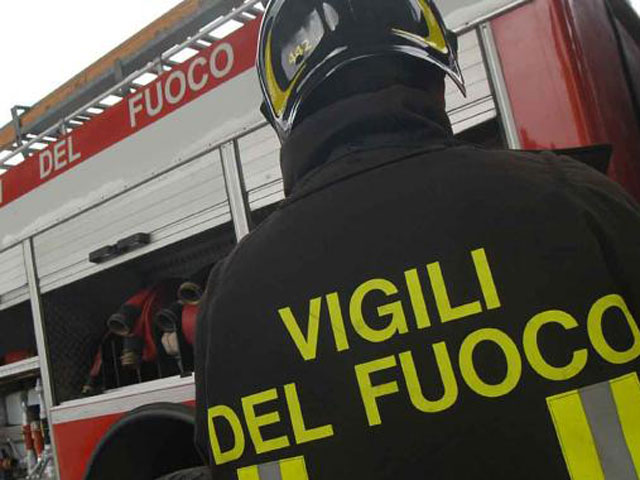 CROTONE, incendio in casa disabitata