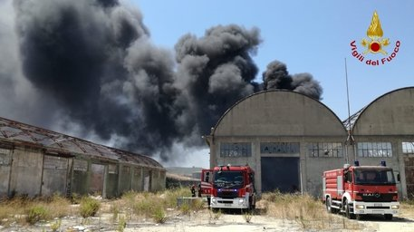 CROTONE, in fiamme discarica gomme