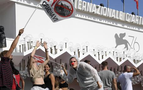 VENEZIA, manifestanti occupano il red carpet della Mostra del cinema